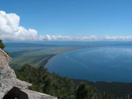 Самый глубокий и крупный залив в Байкале, называется Баргузинским.