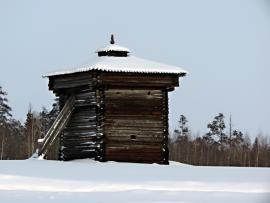 """Южная башня Братского острога. От острога осталось две башни, срубленные в 1654 году. И так как село попадало в зону затопления Братской ГЭС, их решено было вывезти. Одна башня осталось на родине - сначала в посёлке Падун (один из районов нового Братска), с 1980 года - в скансене """"Ангарская деревня"""" на берегу водохранилища. Другая - северная - в Москве."""