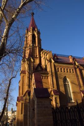 Органный зал открылся 3 ноября 1978 г. Здание представляет собой практически единственный в Сибири памятник архитектуры, выполненный в готическом стиле. Ранее на этом же месте стоял деревянный костел, построенный в 1826 году. Во время большого иркутского пожара 1879 года деревянное здание костела сгорело.