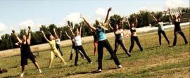 В этот день на спортивных площадках проводятся соревнования по волейболу, летнему биатлону и другие спортивные мероприятия