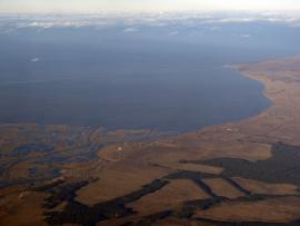 Справа — село Оймур. Внизу, на границе Провала, дельты Селенги и суши — деревня Дубинино.