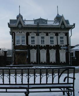 Обильное декоративное украшение фасадов, сложные очертания кровли с башенками и фигурными деревянными столбиками выделяют этот особняк своей неповторимостью