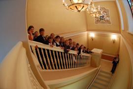 Экскурсия для школьников. Фотография на главной лестнице