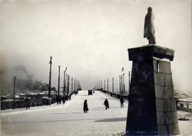 Мост им. В.И. Ленина в Иркутске. Ноябрь 1936. Вид на временный памятник В.И. Ленину, установленный к открытию моста