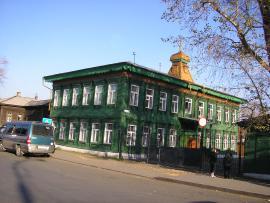 Вид на фасад дома  и левый торец со стороны улицы.  2011 г. Фото авторов