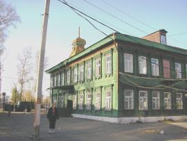 Вид на фасад дома  и правый торец со двора.   2011 г. Фото авторов.