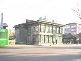 Вид на тыльную сторону дома  с пристройкой со стороны улицы.  2011 г. Фото авторов