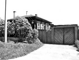 На бывшее коммерческое подворье на улице Сухэ-Батора частенько заглядывал Саша Вампилов. Здесь в шестидесятых годах было актерское общежитие.