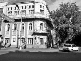 """Вот в этом здании, бывшей редакции """"Молодежки"""", брали халтуру студенты-филологи."""