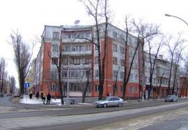 Жилой дом для железнодорожников на углу К. Маркса и 5-й Армии. Сдан в эксплуатацию в 1934. Архитектор К.Л. Жилкин. Фото: блоггер Friedens
