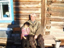 Забор грязи проводят в присутствии местного шамана Владимира Сабаданова.