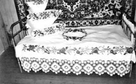 Все в доме вышито руками Зузанны Михайловны: занавески, подушки, шторы и покрывала. А перо на подушки по традиции обирают на вечерках: собираются десять-пятнадцать женщин, общаются, поют и работают. «В прошлые выходные собирались на вечерки, обирали перо на подушки у моей невестки», — рассказывает Людмила Людвиг, дочь Зузанны Михайловны
