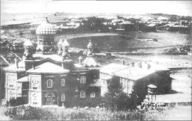 Вид на тюремную церковь. На заднем плане на горе видны здания пересыльной тюрьмы. Фото нач. XX в.