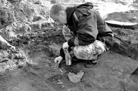 Археологи ИГУ ведут раскопки у стен алтаря Спасской церкви, большинство захоронений — детские. Считалось, что младенцы и священнослужители первыми воскреснут, когда придет день Страшного суда.