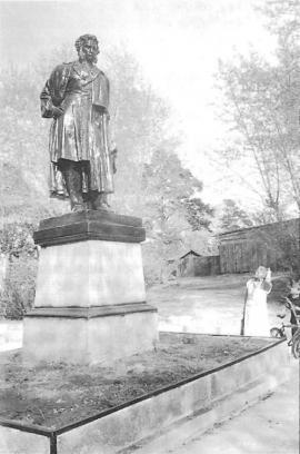 Памятник А.С. Пушкину перед школой его имени. Фото Т. Ковальской