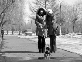 Усольские дамы любят выгуливать своих собачек по Красному острову, где сохранился вековой сосновый бор.