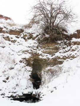 Через залив от Русского Мельхитуя на берегу находится последний вход в пещеру — невысокий грот в естественной горной выемке крутого берега. Но попасть через него в пещеру можно только с аквалангом — тоннель резко уходит под воду.