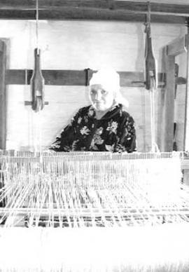 В доме Людвигов есть специальная комната, где располагается ткацкий стан — верстат, на котором ткут и половики на пол, и материал для одежды