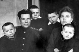 Георгий Васильевич с женой Ефалией Иосифовной и детьми