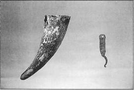 Пороховница из рога и ружейный спусковой крючок