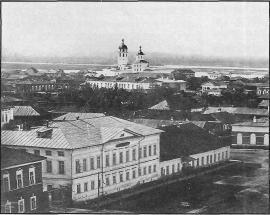 Вид описываемых домов с колокольни Тихвинской церкви. Фото. 1865 г.