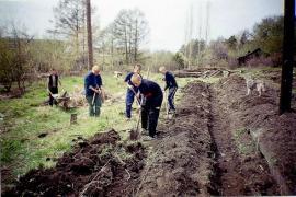 Воспитанники Иркутской спецшколы учатся готовить гряды для посева семян деревьев в питомнике Ботанического сада