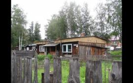 Старые бамовцы повсеместно в поселках проживают еще в старом, временном жилье. Как, к примеру, в Кичере