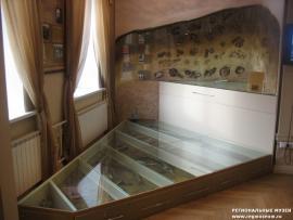 Под толстым стеклом, по которому можно ходить, расположены экспонаты найденные при раскопках. При таком знакомстве создается впечатление присутствия на месте археологической экспедиции.