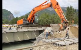 Потихоньку курортный поселок начинает приходить в себя — расчищены дороги, строители мостят тротуары