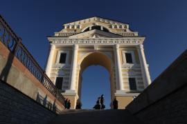 Восстановленные Московские ворота. С них начинается улица Декабрьских событий
