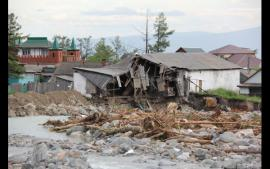 Обезумевшая река превратила дом в развалины.