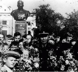 А.П. Белобородов на площади Труда у памятника в свою честь