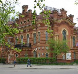 Все постройки комплекса ориентированы на ул. К. Маркса, лишь боковой фасад выходит на бульвар Гагарина