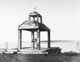 Первый памятник О.А. Кальвице на берегу Лены напротив места катастрофы