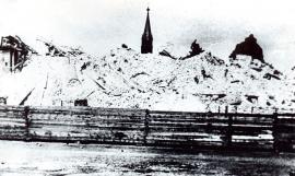 Жертва «воинствующих атеистов» - храм, возведенный на средства сибиряков, был разрушен до основания. Фото П. П. Мешалкина. 1932. Собрание И.И. Козлова