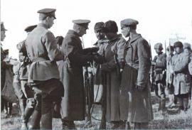 Верховный главнокомандующий награждает своих солдат