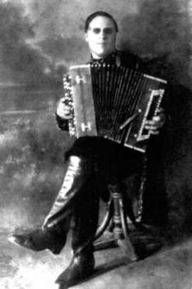 Иван Иванович от роду был слепым и свой музыкальный инструмент чувствовал сердцем