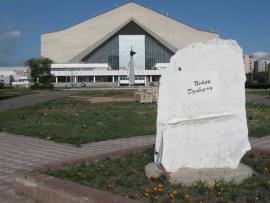 Мемориальный камень Петру Драверту в Омске. Фото 2010 г.