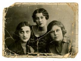 Этой фотографии около восьмидесяти лет. В центре —бабушка Александра Гимельштейна Нелли. «Старинных фотографий в нашем семейном альбоме сохранилось немного. Здесь моя бабушка со своими иркутскими подругами, к сожалению, их имен мы не знаем», — говорит Александр Владимирович