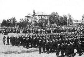 Торжественное открытие памятника Александру III 30 августа 1908 г. На открытии присутствали генерал-адъютант А. И. Пантелеев, генерал-губернатор А. Н. Селиванов