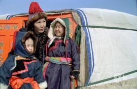 Бурятская семья в традиционной одежде.