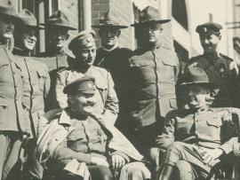 Владивосток, военный парад. Усатый улыбающийся офицер на снимке - легендарный белый атаман Григорий Семёнов, сын бурята и староверки, наводивший ужас на забайкальских, читинских, харбинских, приморских ревкомовцев, большевиков и партизан. Судя по тому, что он находится во Владивостоке на этом параде - это скорей всего, 1920 год