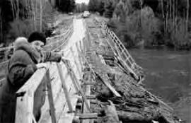 """""""Дорога жизни"""" в д.Бирюсе. Пешеходный мост - единственный путь на Большую землю."""