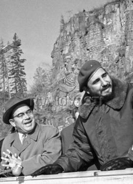 Премьер-министр революционного правительства Республики Куба Фидель Кастро (справа) и секретарь ЦК КПСС Александр Рудаков (слева) осматривают Братскую ГЭС.