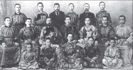 П.А. Бадмаев с учениками школы на Поклонной горе