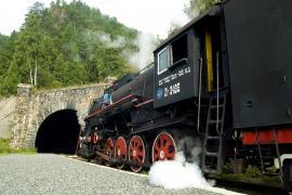 Кругобайкальская железная дорога. Поезд у тоннеля