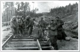 Укладка японскими военнопленными рельсов
