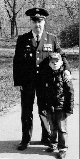Продолжает династию военнослужащих майор ВВС РФ Владимир Владимирович Белобородов. Он служит начальником учебно-тренажерного комплекса на авиабазе «Белая». Его старший сын Илья планирует продолжать семейную традицию и выбрал профессию военного. Младшему, Леониду (на фото), пока 8 лет, но он уже занимается борьбой, воспитывает в себе силу воли и духа
