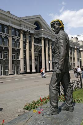 Памятник А.В. Вампилову в Иркутске