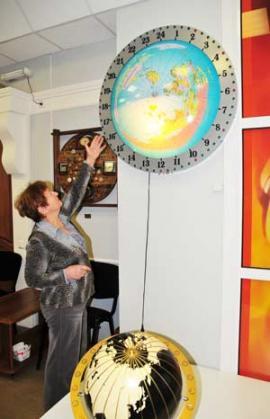 """Экспонат музея : часы """"Глобальное время"""". Их привезла автор — москвичка Эмилия Семеновна Бондарева"""